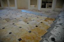 pose d 39 un dallage en travertin avec cabochons pierre naturelle marbrerie. Black Bedroom Furniture Sets. Home Design Ideas